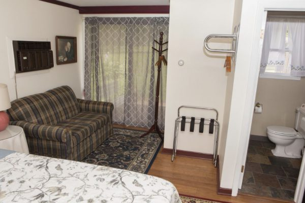 Room 1 queen with patio5